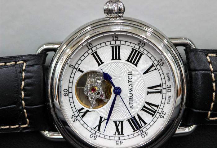 đồng hồ sử dụng kính saphire