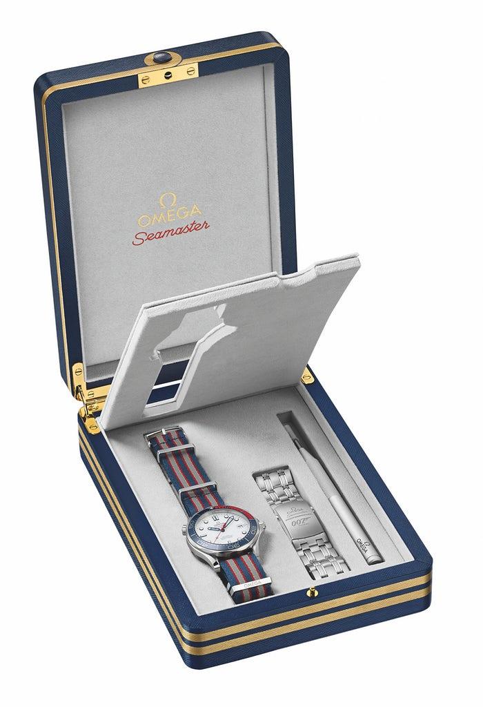 Bộ sản phẩm đồng hồ Omega Seamaster 007 bao gồm 2 dây kim loại và dây vải dù Navy