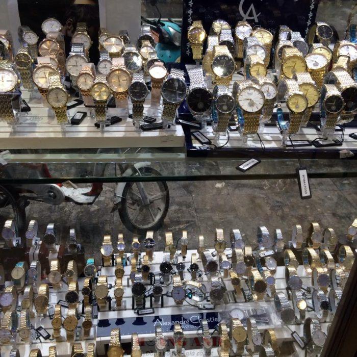 Vì mục đích lợi nhuận, gian thương bày bán đồng hồ hàng hiệu giá rẻ đánh lừa khách