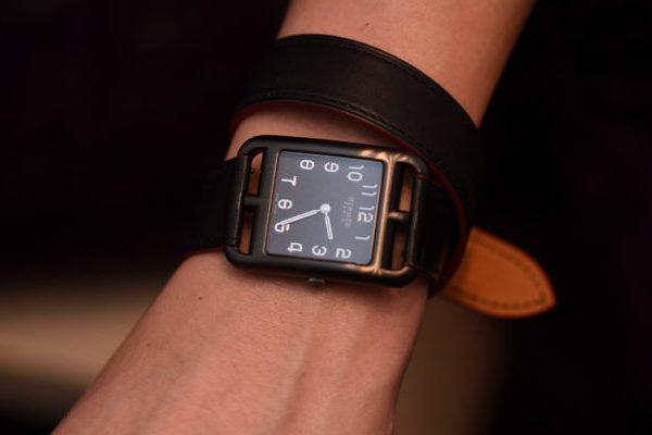 Đồng hồ nữ dây da mặt vuông trên cổ tay