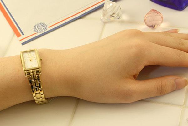 cá tính với đồng hồ dây da nữ mặt vuông