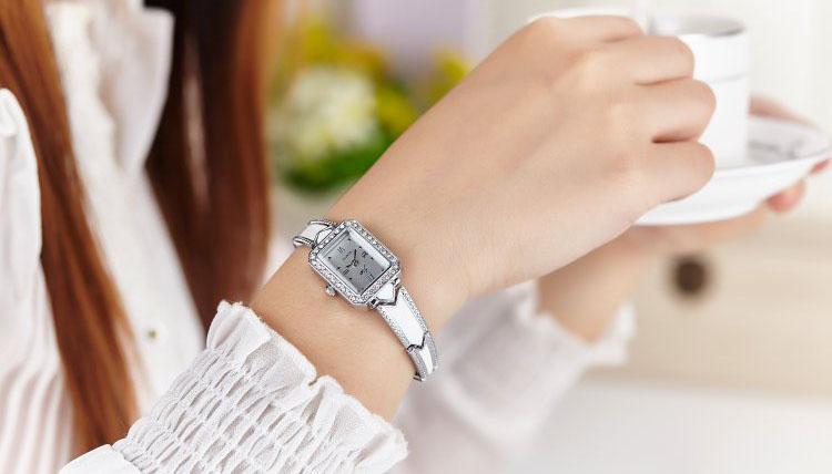 Thiết kế đồng hồ dây da mặt vuông nữ- Phong thủy và thời trang
