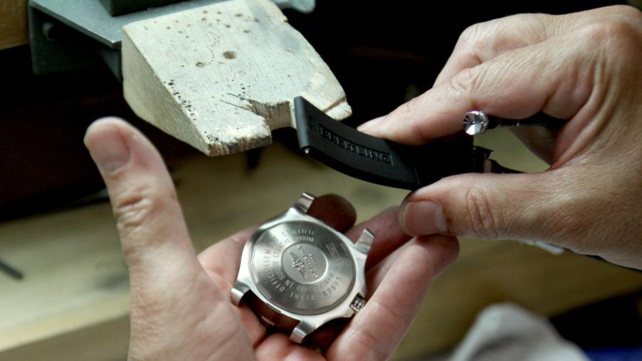 Cách vệ sinh dây da đồng hồ đeo tay cho người mới dùng 2