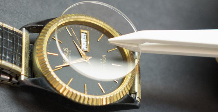 Đồng hồ sapphire bị xước