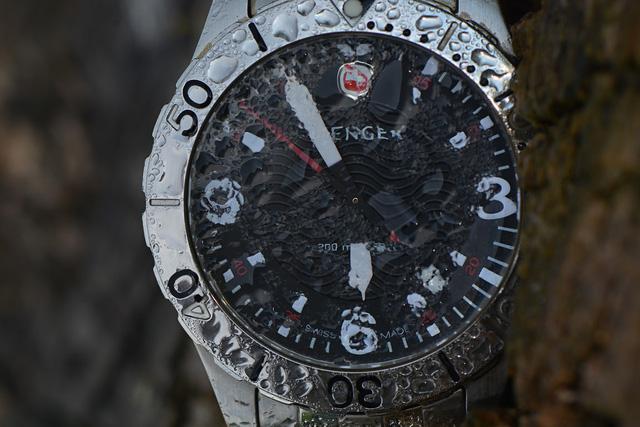 đồng hồ quartz Wenger trải qua hơn 130 bài test