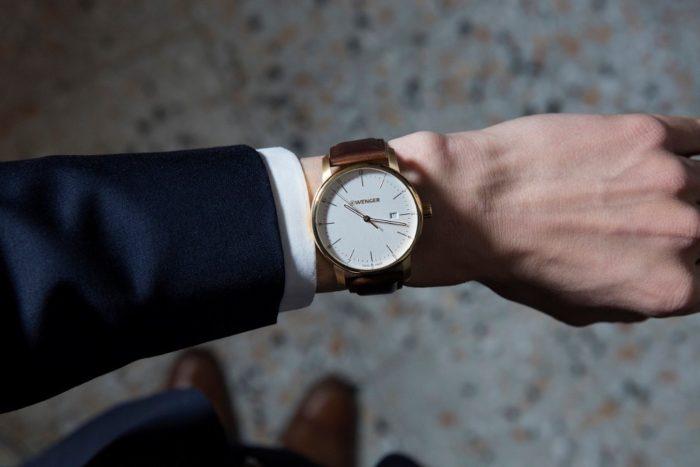 đồng hồ Wenger thanh lịch trên cổ tay