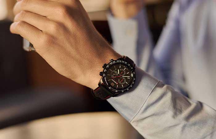 đồng hồ Wenger với sắc đen chủ đạo