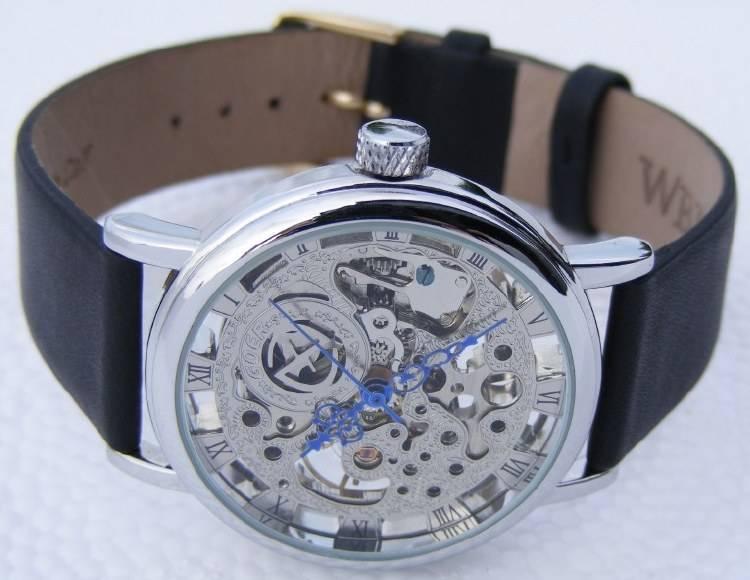 một chiếc đồng hồ cơ không pin goer cao cấp