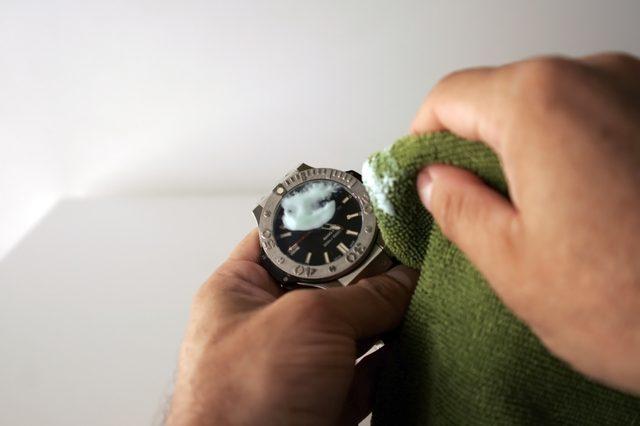 đánh bóng mặt kính đồng hồ bằng kem đánh răng