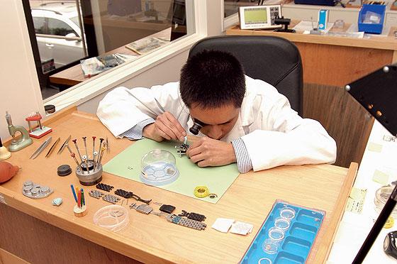 Chuyên viên kĩ thuật tiên hành thay mặt kính đồng hồ