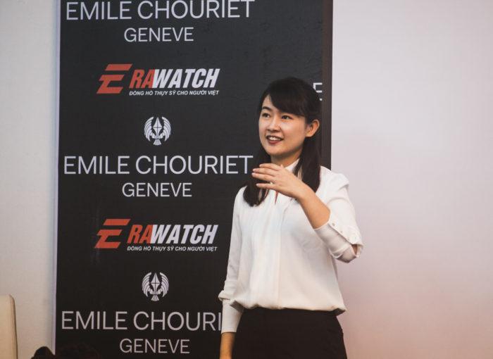 Nhân viên thương hiệu đồng hồ Emile chouriet tu vấn