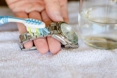 Làm sạch dây đeo đồng hồ kim loại bằng bàn chải đánh răng