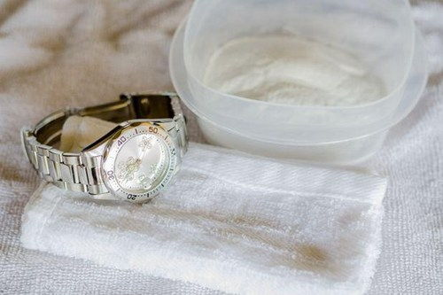 Làm sạch dây đeo đồng hồ kim loại bằng cồn