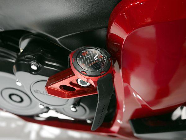 Đồng hồ có chất liệu nhôm dễ phối màu